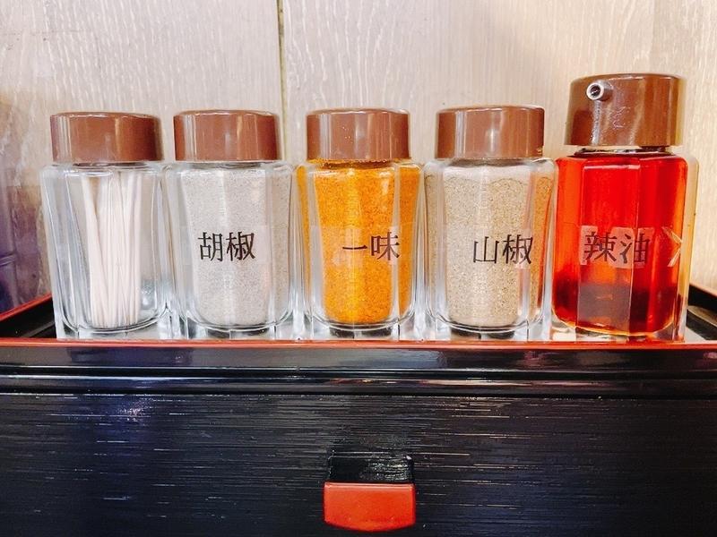 「札幌味噌ラーメン ひつじの木」卓上の調味料