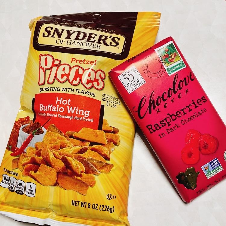 スナイダーズの辛いやつと前回のオーダーで気に入ったブランドのチョコ
