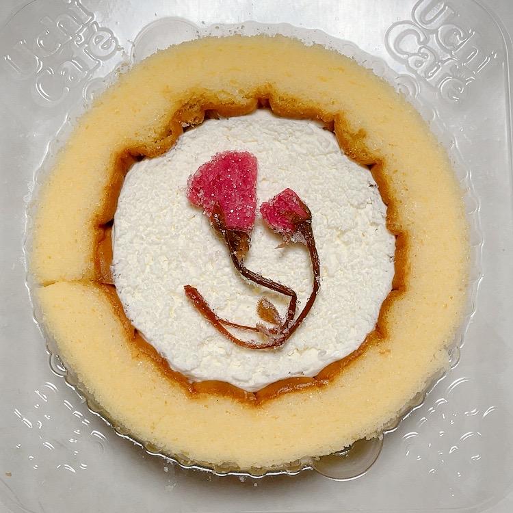 ローソン:プレミアムロールケーキに桜の塩漬けのせ