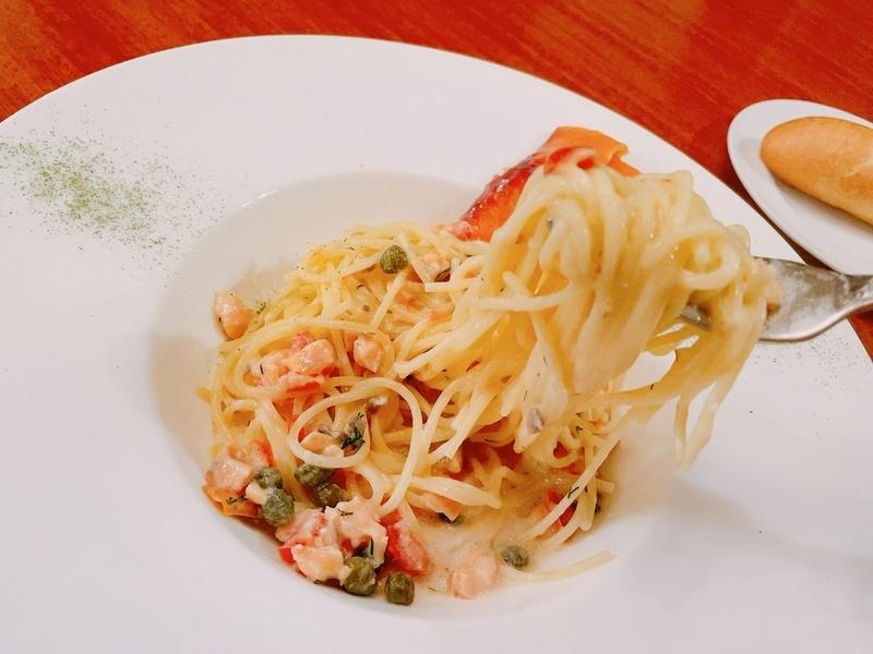 スパゲッティーニ、サーモンのクリームソース(とパン)