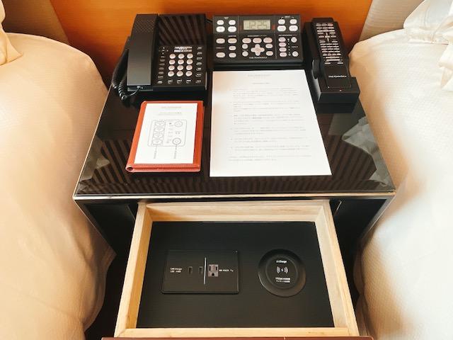 ザ・ペニンシュラ東京 デラックスツイン:ツインベッド2台に挟まれたサイドテーブル