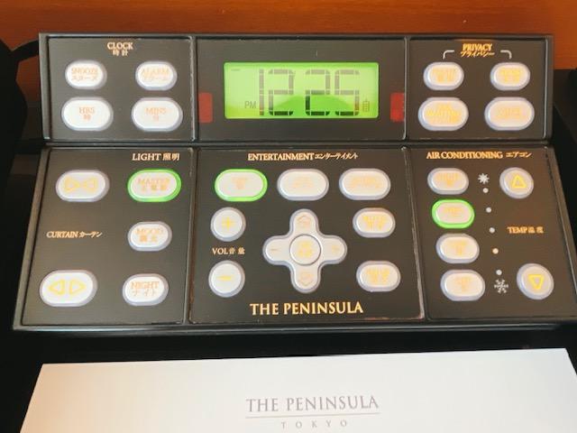 ザ・ペニンシュラ東京 デラックスツイン:ベッドサイドのコントロールパネル
