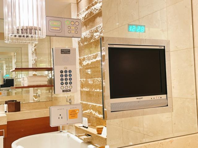 ザ・ペニンシュラ東京 デラックスツイン:バスルームのテレビ
