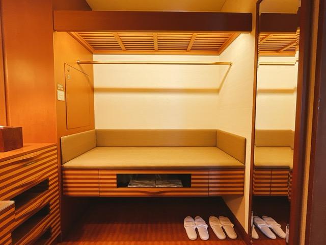 ザ・ペニンシュラ東京 デラックスツイン:荷物置きと収納棚