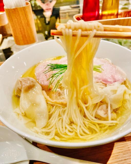 「Japanese Ramen Noodle Lab Q」塩わんたん麺を麺上げ