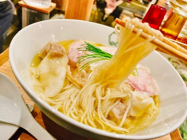 「Japanese Ramen Noodle Lab Q」塩わんたん麺を箸上げ