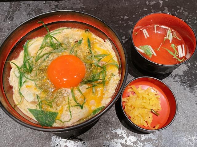 「鶏味座」山椒親子丼(香の物、スープ付き)