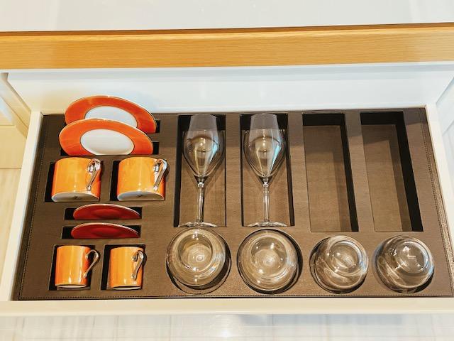 「ザ・プリンスギャラリー東京紀尾井町」グラスやカップ類の収納棚
