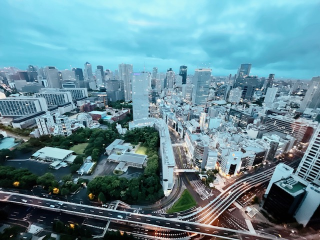 「ザ・プリンスギャラリー東京紀尾井町」カクテルタイムのクラブラウンジからの眺望