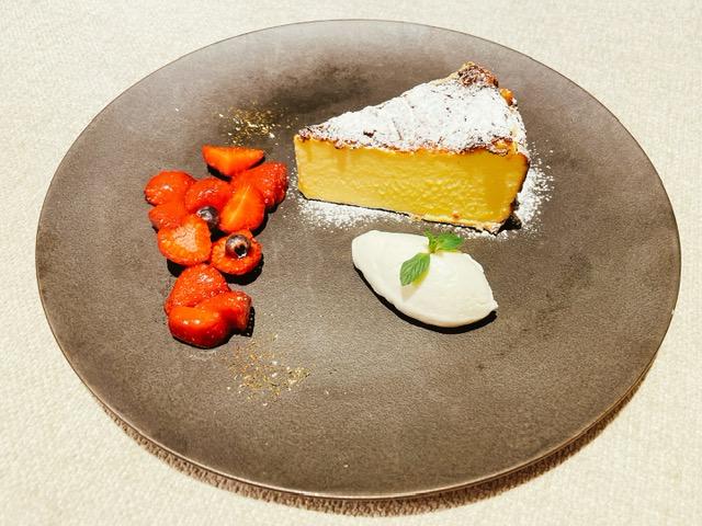「ザ・プリンスギャラリー東京紀尾井町」ルームサービスのバスクチーズケーキ