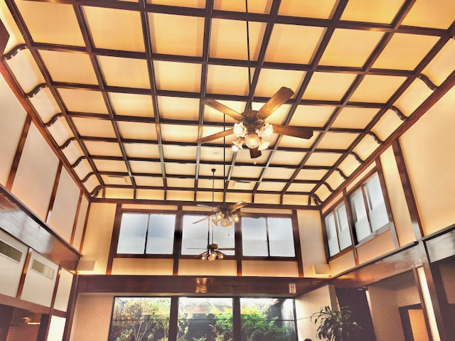 「まい泉 青山本店」元銭湯の名残りが感じられる高い天井