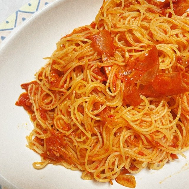 ヤンニョムセウジャンの殻とトマト缶で作ったソースをカッペリーニで