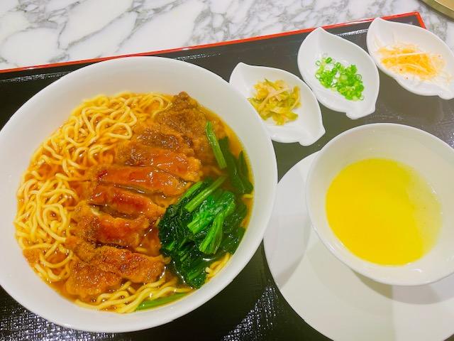 「ザ・プリンスパークタワー東京」ルームサービスの排骨拉麺〔パーコー麺〕(杏仁豆腐付)
