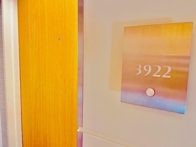 「京王プラザホテル」プレミアグラン・キングの客室入口