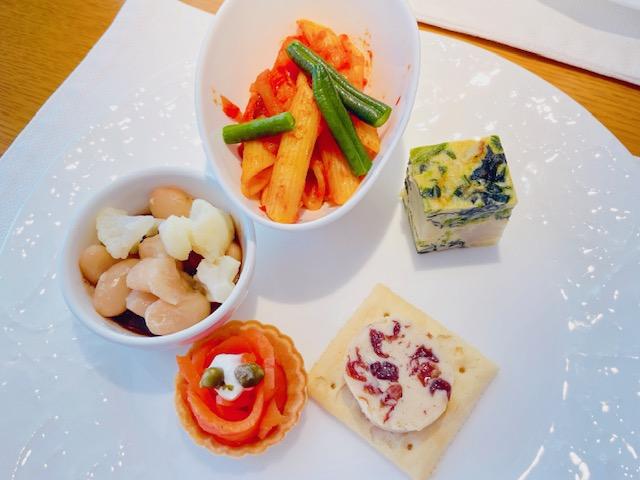 「京王プラザホテル」クラブラウンジでのカクテルタイム(軽食)
