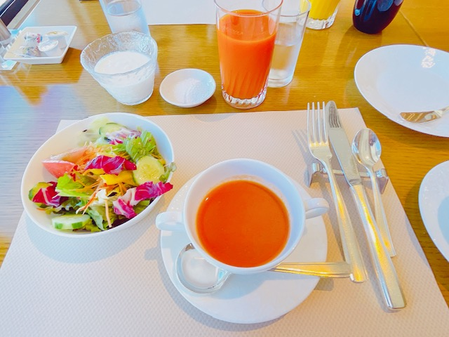 「京王プラザホテル」クラブラウンジでの朝食:スープとサラダとヨーグルト