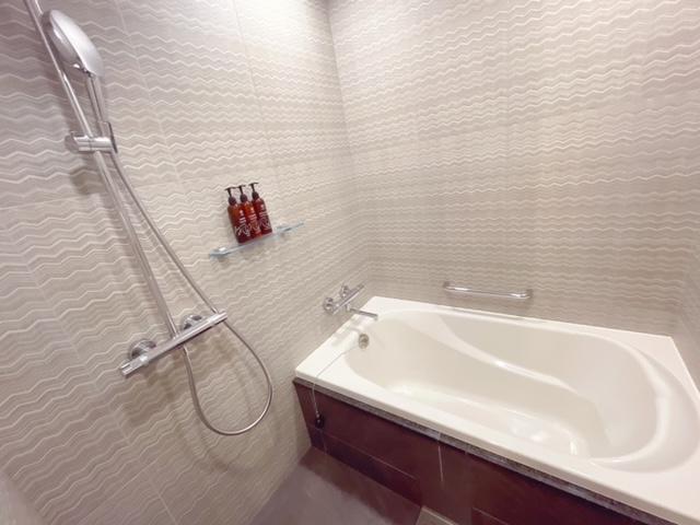 「ザ ロイヤルパーク キャンバス大阪北浜」デラックスツインの客室(浴槽あり)
