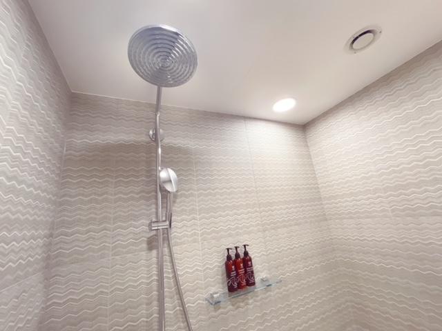 「ザ ロイヤルパーク キャンバス大阪北浜」デラックスツインの客室(大きなシャワーヘッド)