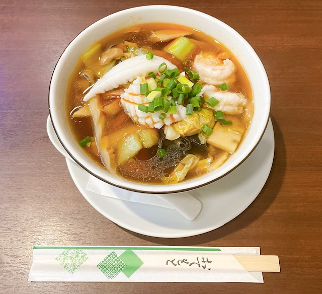 「老辺餃子舘」酸辣刀削麺(半麺)