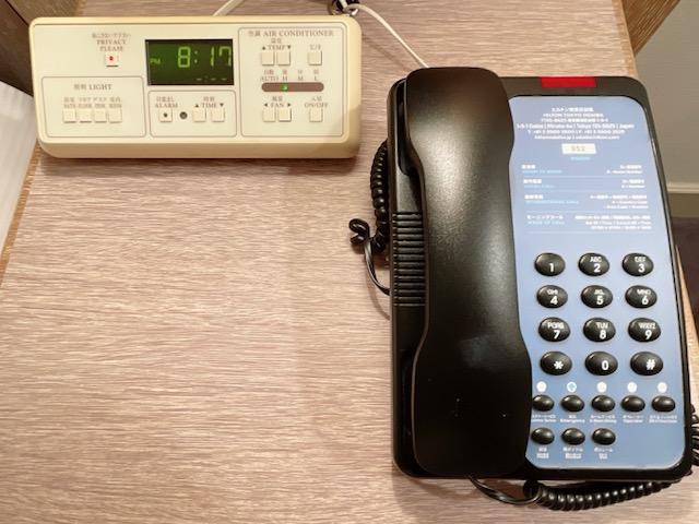 「ヒルトン東京お台場」ヒルトン キングルーム ベッドサイドのアラームと電話