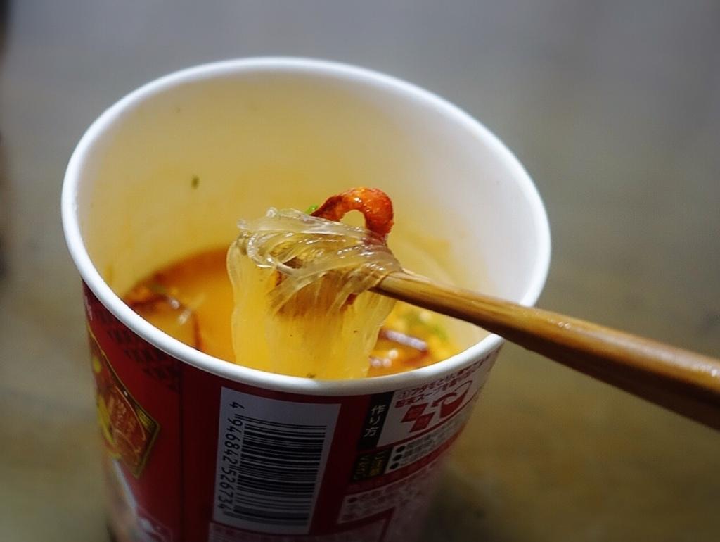 覚悟を決めて真燃えよ唐辛子旨辛ジャン麺を食べるイマムラアユム