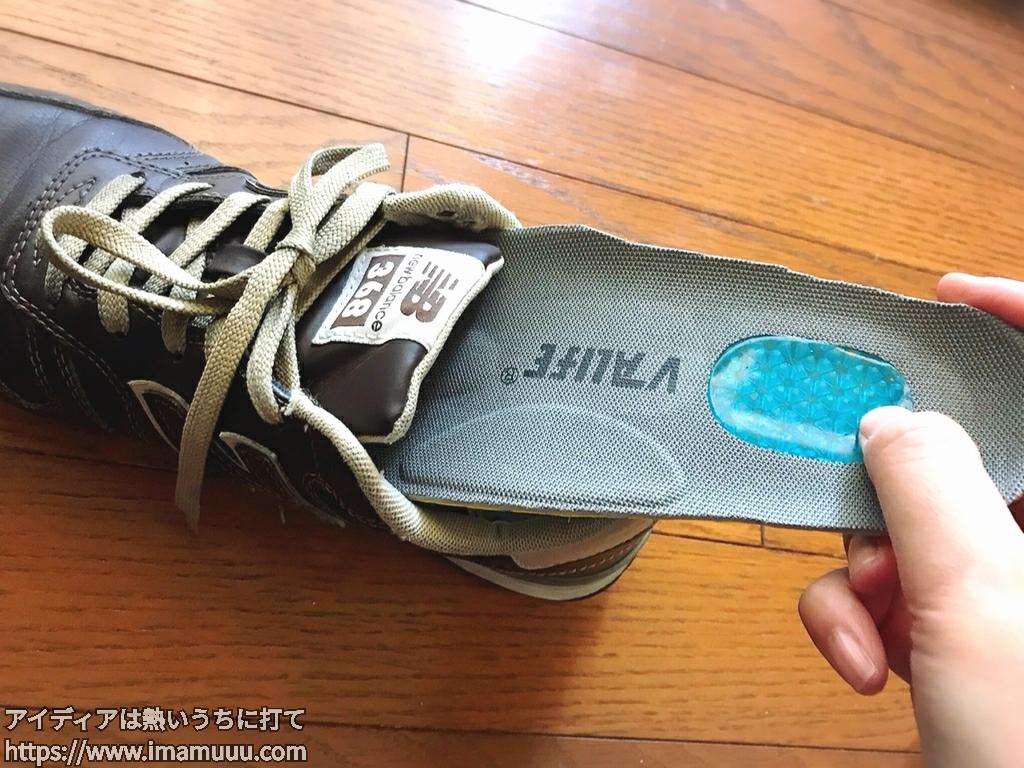 切り終わった中敷きを靴に中に入れて履き心地を確かめる