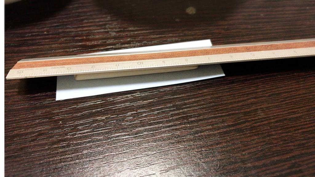 定規で銀粘土を棒状に伸ばしていく