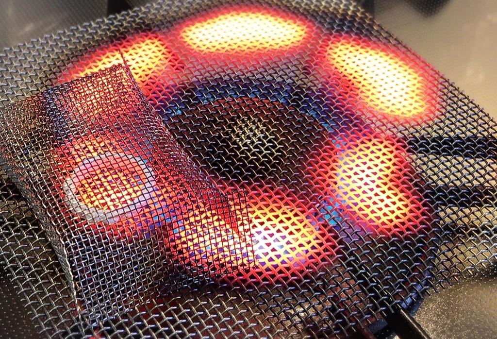 コンロに網を置いて銀粘土を焼成していく