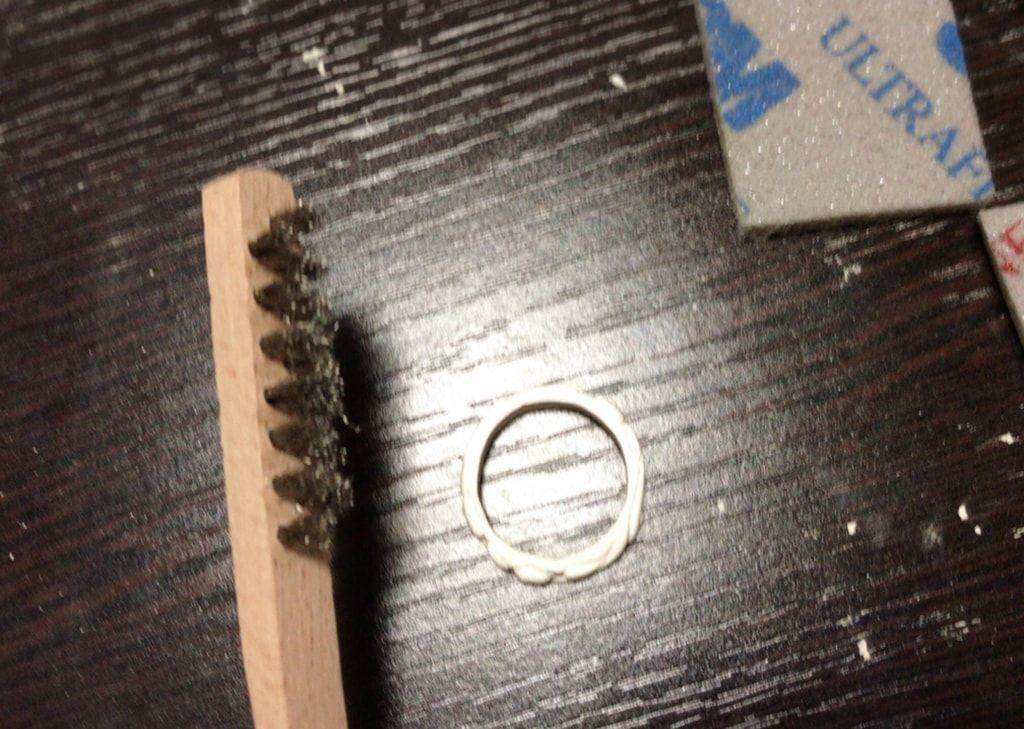 ブラシで指輪を磨く