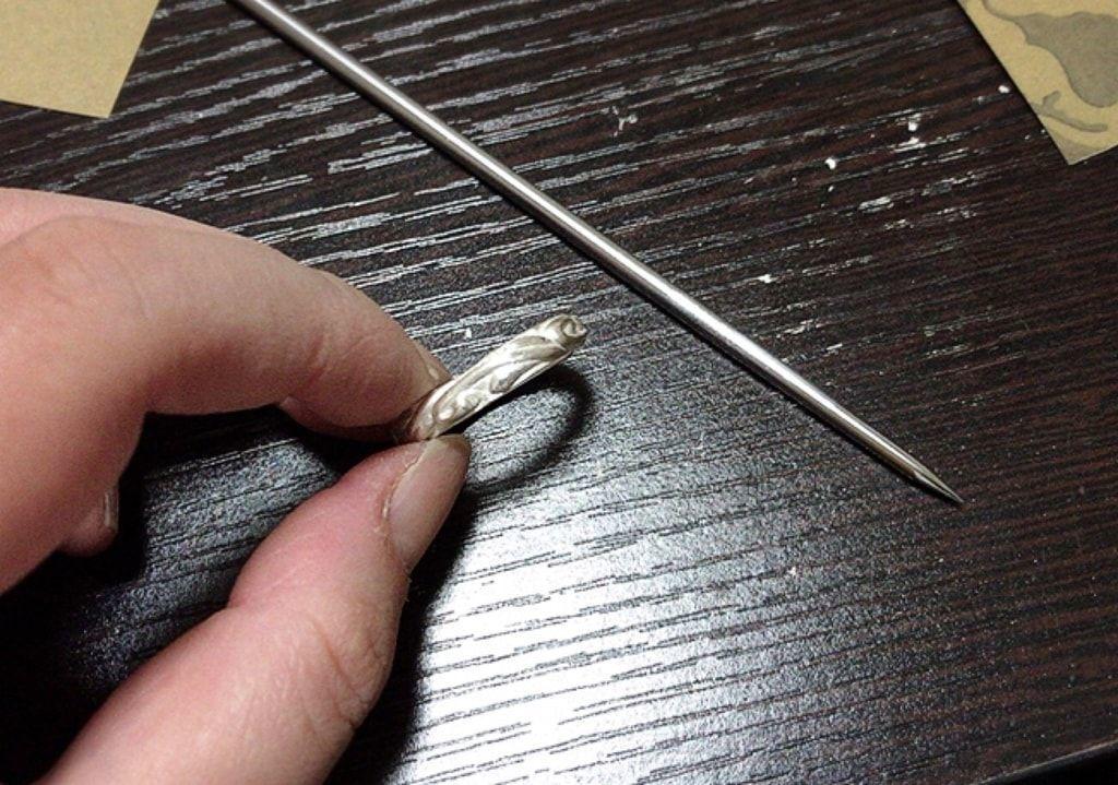 スポンジやすりとヘラも使って指輪を磨いていく