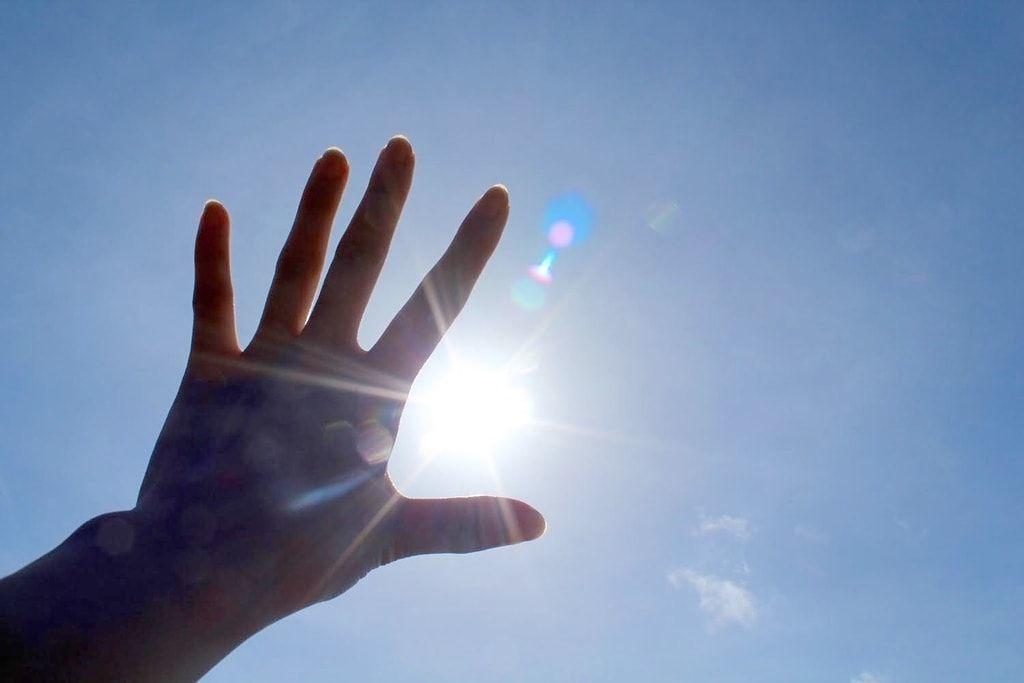 太陽の光がまぶしい