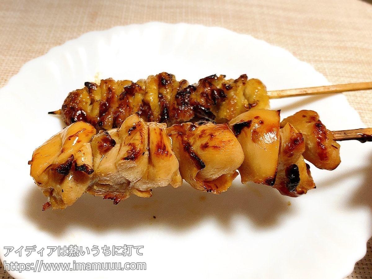 セブンの炭火焼き鳥串の「ももタレ」を食べる