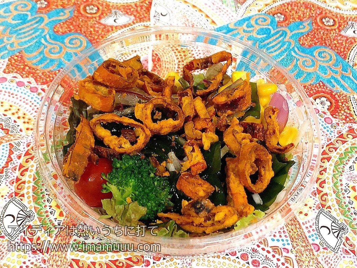 サラダの上に華麗な唐辛子を乗せるだけの簡単レシピ