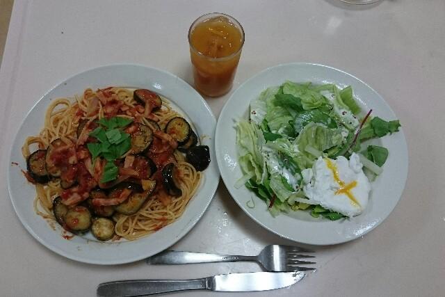 なすとトマトのスパゲティとポーチドエッグのサラダ