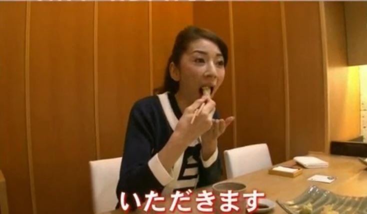 ヒラメを食べる君島十和子