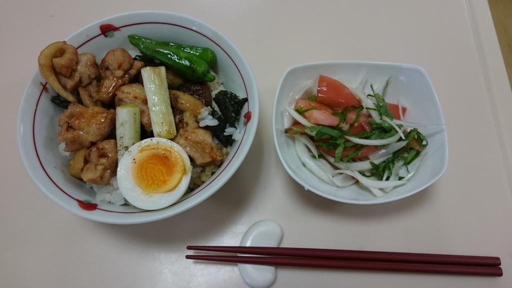 鶏の照り焼き丼とトマトと青じその和風サラダ