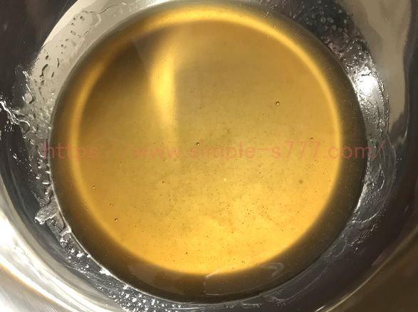 油とメープルシロップを泡だて器で混ぜた後の様子