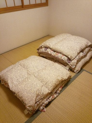 たたんだ布団だけがある部屋のイメージ(私の部屋ではなく、イメージ画像です)