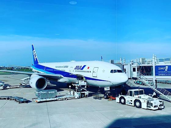 飛行場で待機しているANA飛行機