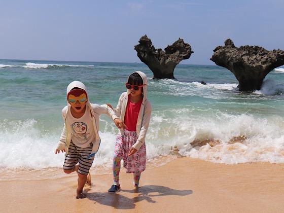ティーヌ浜の砂浜と波しぶき