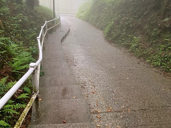 千仏鍾乳洞駐車場から鍾乳洞へ続く坂道