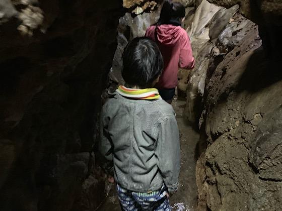 千仏鍾乳洞奥の細道を越えると現れる川