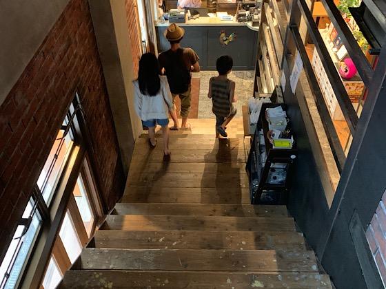 キッチンホステルアオ1階に降りる階段