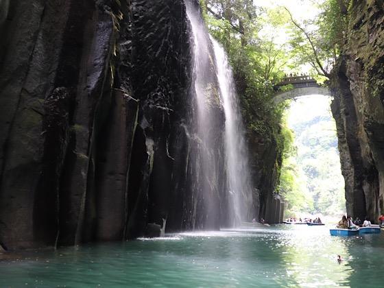 高千穂峡真名井の滝を水面から見た光景