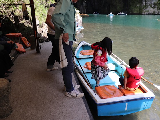 高千穂峡のボートに乗り込む姿