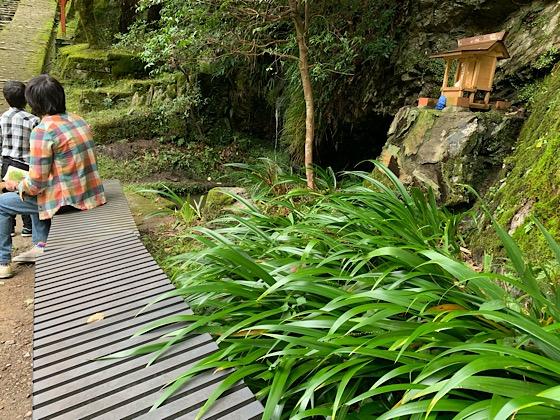 羅漢像前のベンチ