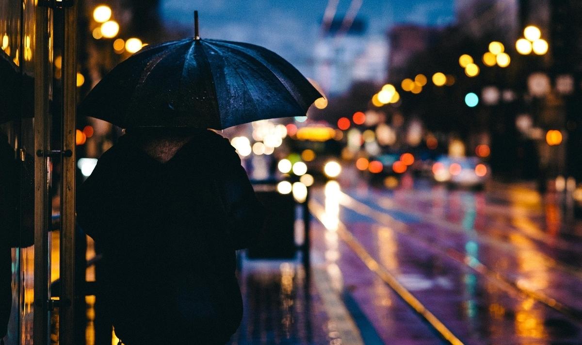 雨の降る街