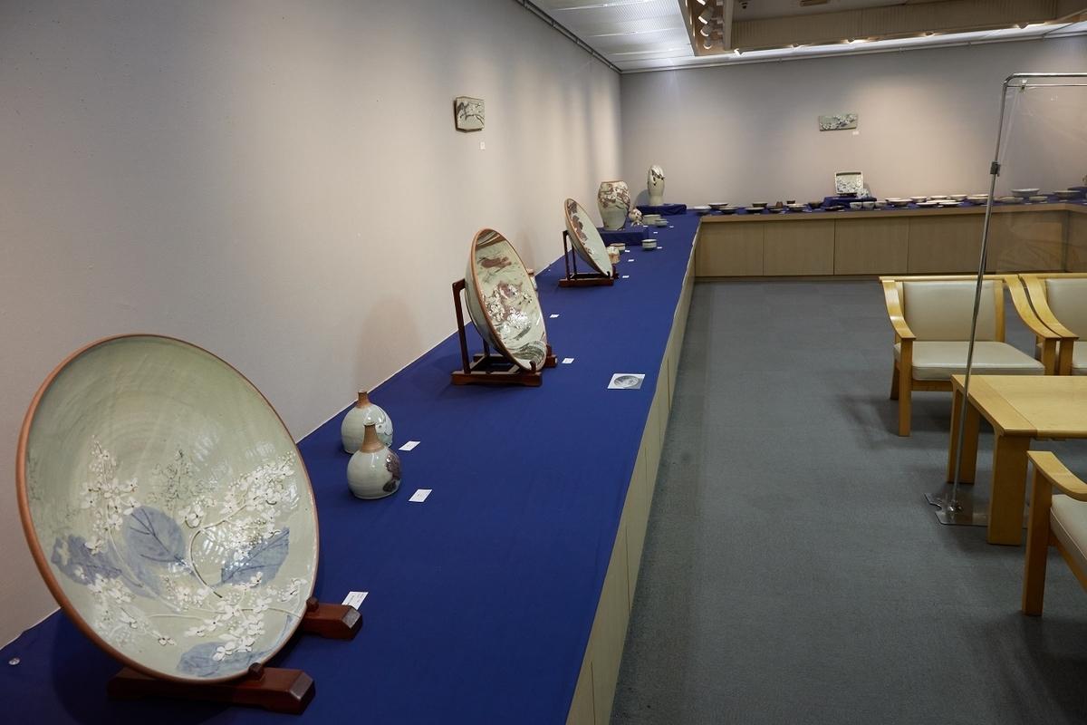 八木橋さん個展会場、大皿が並ぶ画像