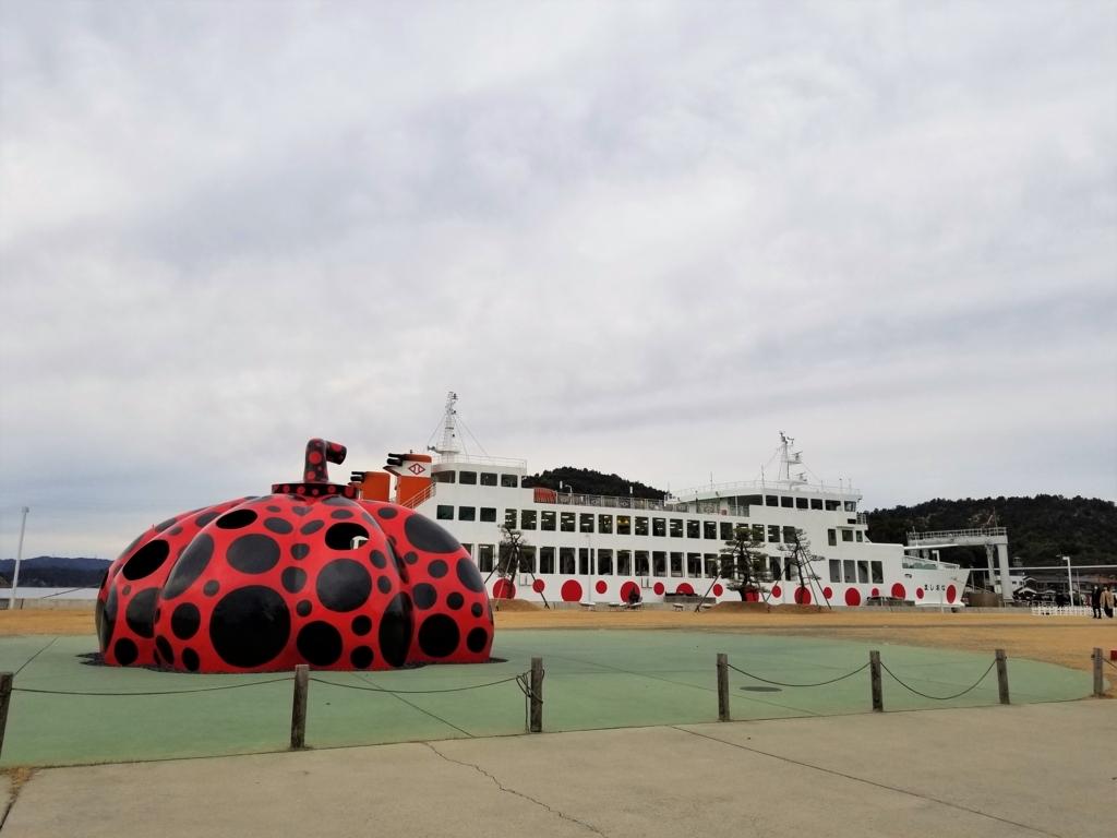 宮浦港の赤かぼちゃと船
