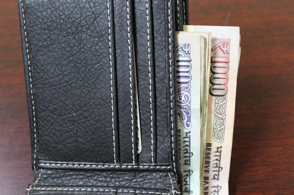 お金持ちは財布にお札の向きを揃えて入れている